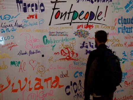 Los participantes en el proyecto plasmaron su nombre en gran mural preparado para la ocasión
