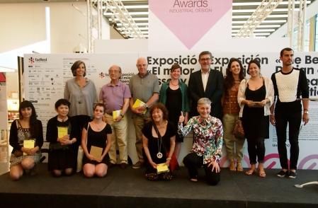 Los premiados junto al jurado, Nani Marquina, presidenta del FAD y en primer término Magda Polo, presidenta de A-FAD